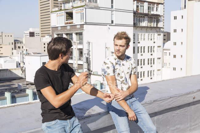 Freunde unterhalten sich auf einer Dachterrasse — Stockfoto