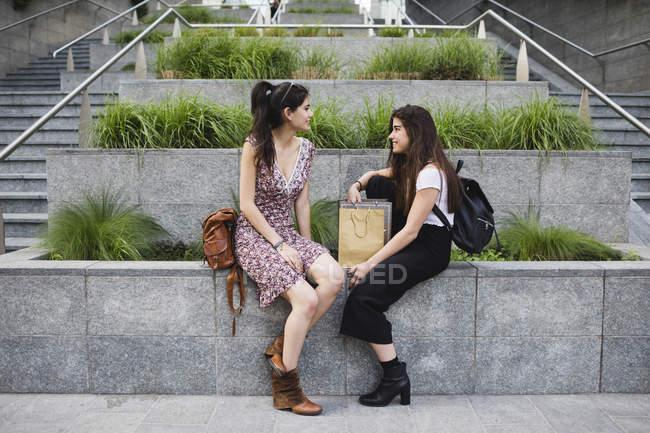 Femmes assises et parlant en ville — Photo de stock