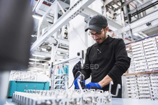 Людина, що працюють в магазин поверх — стокове фото
