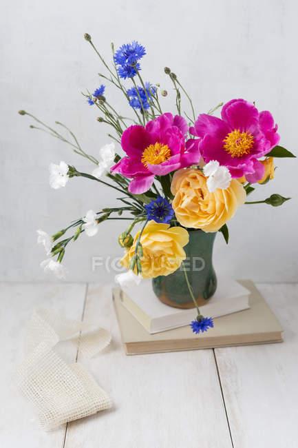Fleurs fraîches de printemps dans un vase — Photo de stock