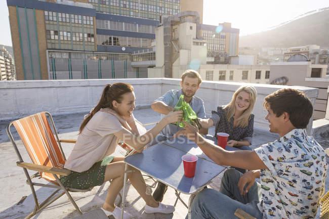 Друзі, на даху партії — стокове фото
