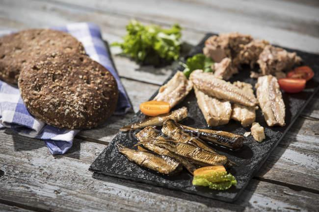 Блюдо с холодной рыбы и хлеб — стоковое фото