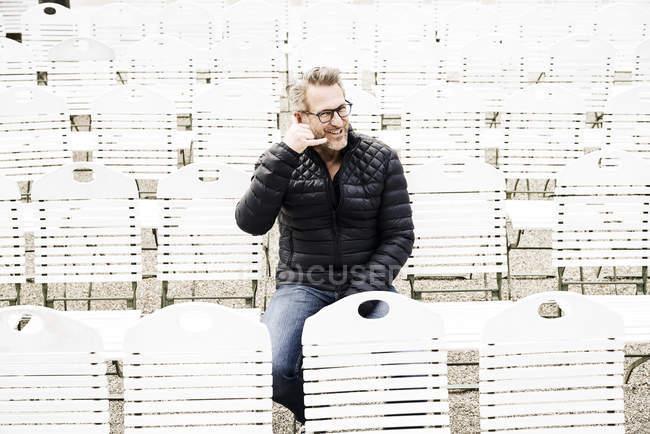Homme faisant semblant d'utiliser téléphone cellulaire — Photo de stock