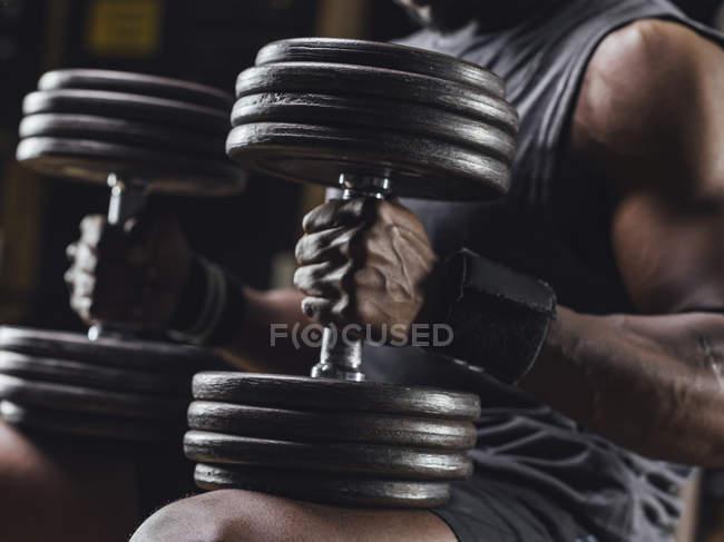 Спортсмен учебной с гантелями — стоковое фото