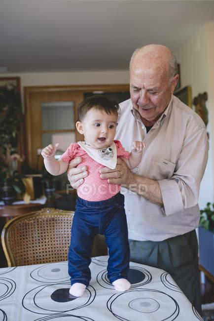 Bambina con bisnonno — Foto stock