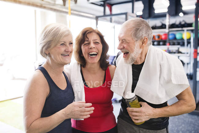 Fit seniors taking break — Stock Photo