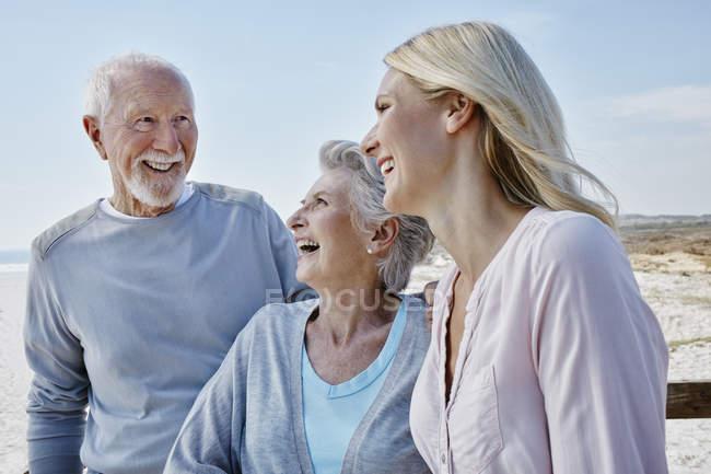 Старший пара з дорослих дочка на пляжі — стокове фото