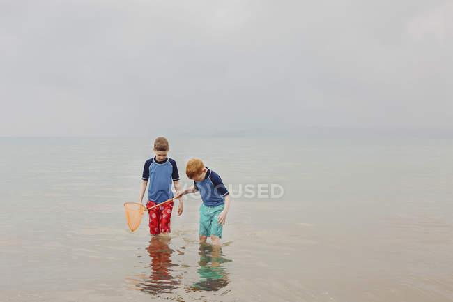 Due ragazzi con tuffo netto — Foto stock