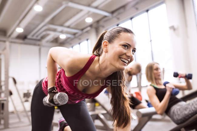 Frau trainieren mit Hanteln — Stockfoto