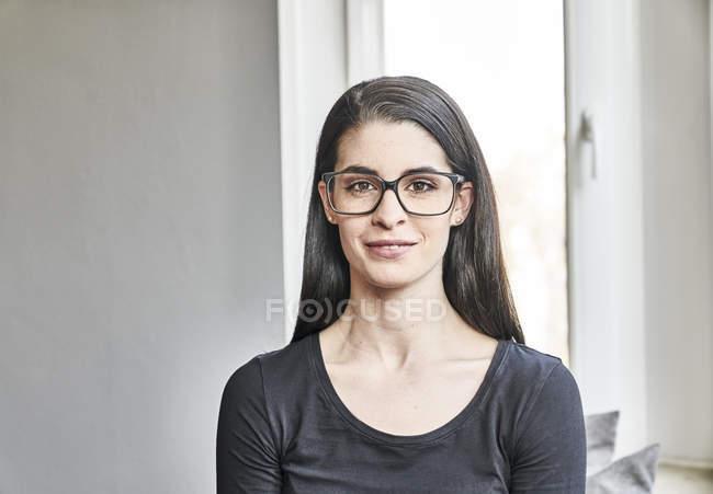Frau mit Brille blickt in Kamera — Stockfoto