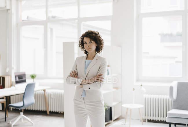 Бізнес-леді стоячи з обіймами перетнула — стокове фото
