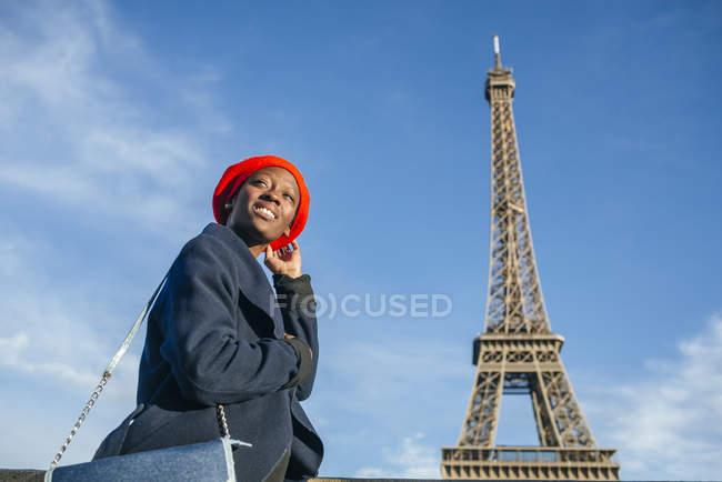 Mulher em frente à Torre Eiffel — Fotografia de Stock