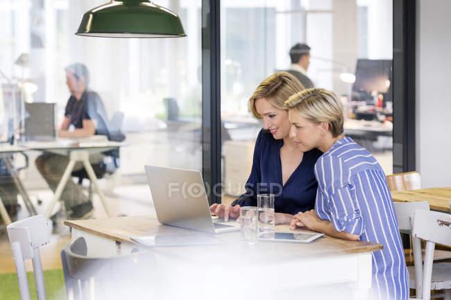 Businesswomen working in office — Stock Photo