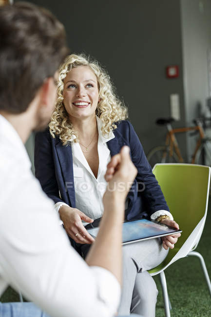 Two colleagues meeting in office — Stock Photo
