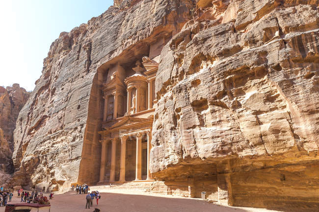 Jordan, Petra, view to Al Khazneh with tourists — Stock Photo