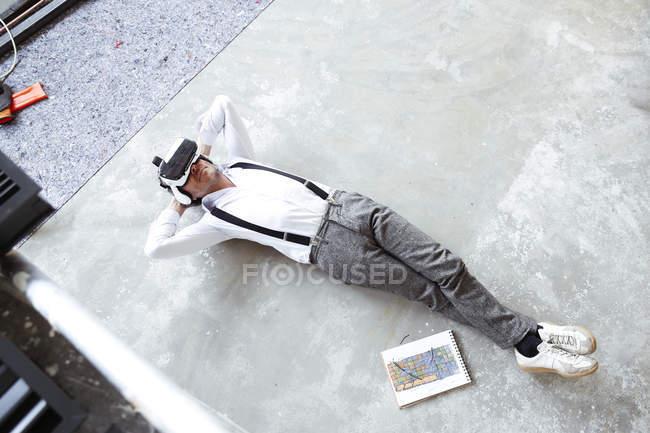Homme à lunettes de réalité virtuelle — Photo de stock