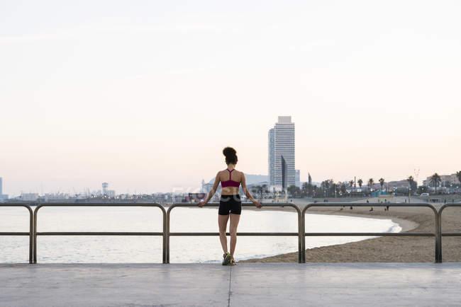 Spagna, Barcellona, vista posteriore del giovane jogger — Foto stock