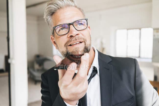 Unternehmer spricht Anrufbeantworter — Stockfoto