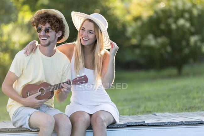 Paar erholsame am Beckenrand — Stockfoto