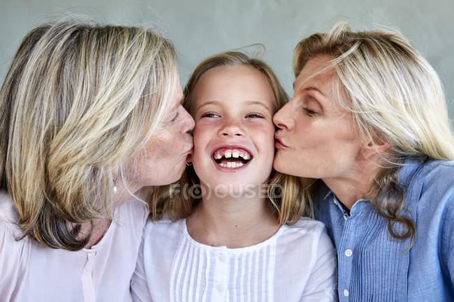 Дівчина поцілував мати і бабуся — стокове фото