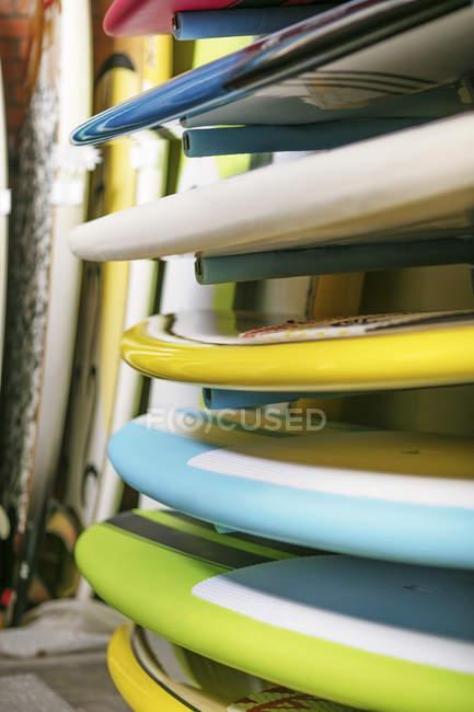 Planches de surf empilées dans le magasin de surf — Photo de stock