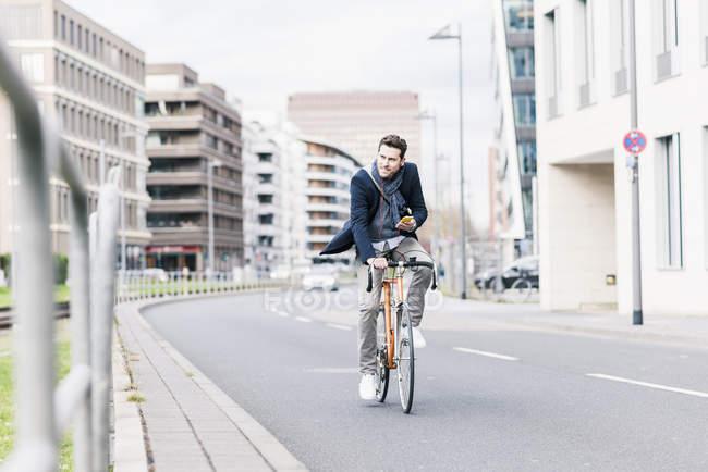 Homme d'affaires à vélo — Photo de stock