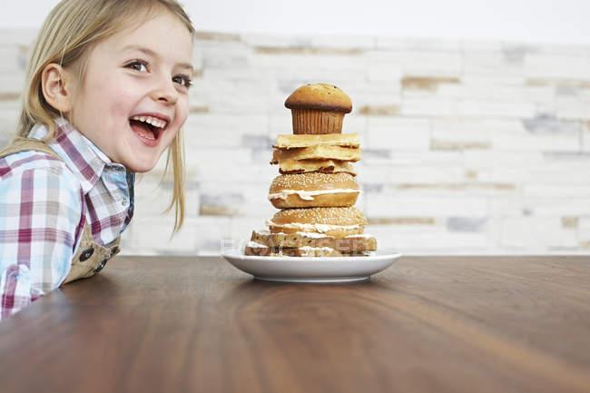Девушка с пачкой печеных блинчиков — стоковое фото