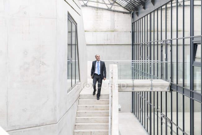 Geschäftsmann geht die Treppe hinunter — Stockfoto