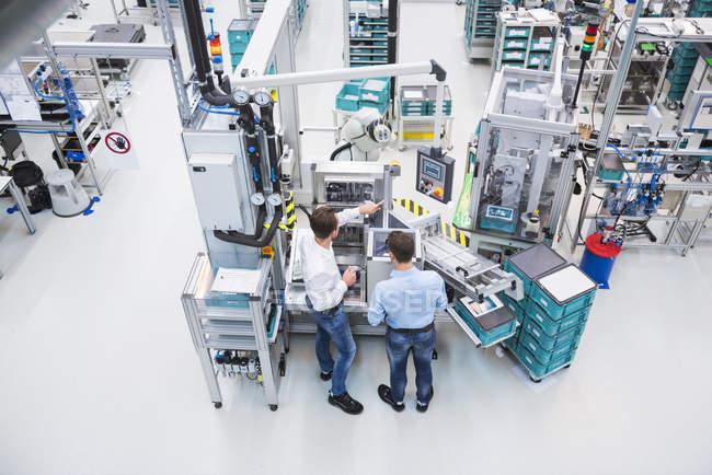 Работающие на заводе — стоковое фото