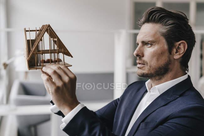 Architetto esaminando il modello architettonico — Foto stock