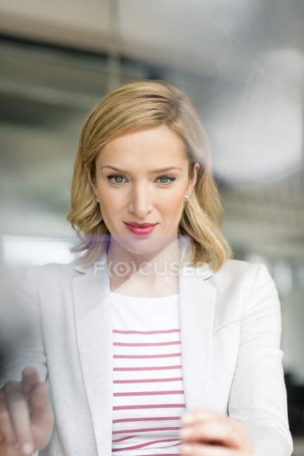 Geschäftsfrau mit tragbarem Gerät — Stockfoto