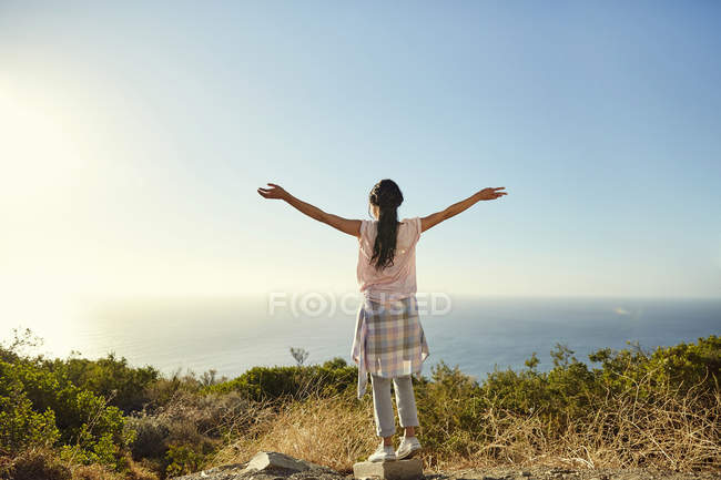 Woman enjoying view of sea — Stock Photo