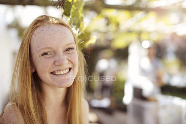 Ritratto di ragazza felice con lunghi capelli rossi — Foto stock