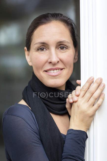 Портрет улыбающейся зрелой женщины — стоковое фото