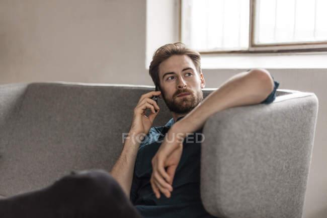 Мужчина разговаривает по телефону — стоковое фото