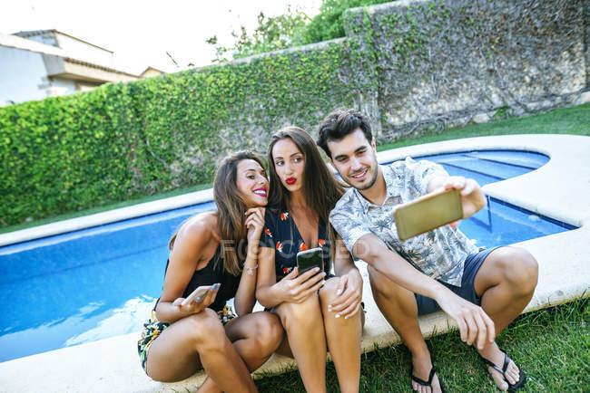 Amis prenant selfie — Photo de stock