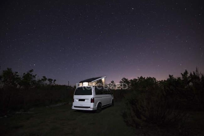Camper con techo tienda en la naturaleza bajo el cielo estrellado - foto de stock