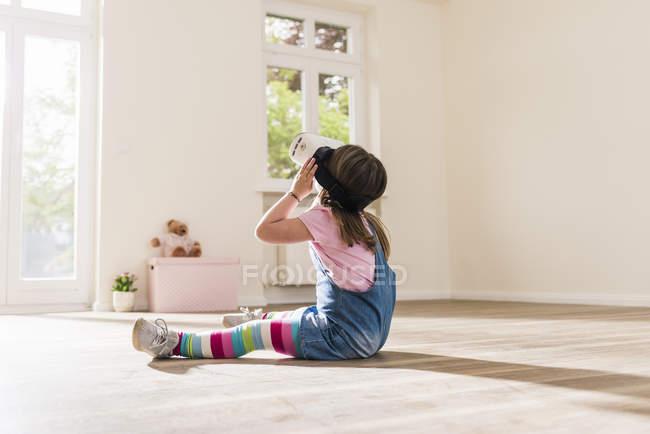 Дівчина в порожній квартири в окулярах Віртуальна реальність — стокове фото