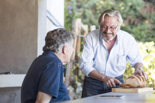 Старшие мужчины вместе на террасе — стоковое фото