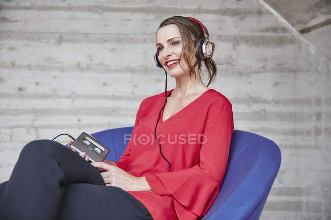 Femme écouter de la musique de walkman — Photo de stock