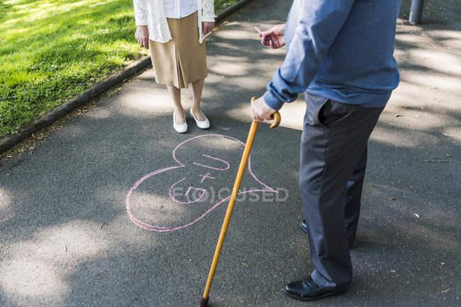 Coppia anziana disegnato amore cuore — Foto stock