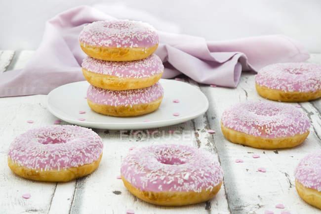 Buñuelos con gránulos de azúcar y glaseado rosa - foto de stock
