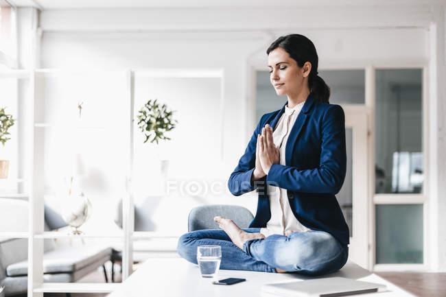 Деловая женщина сидит и медитирует — стоковое фото