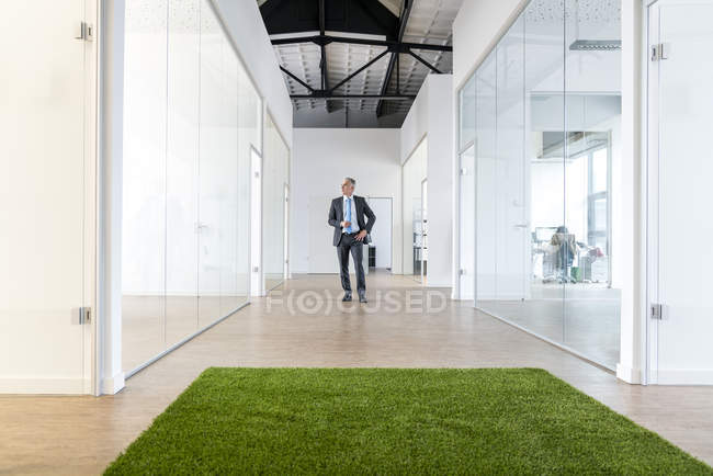 Homme d'affaires debout dans un espace de bureau — Photo de stock