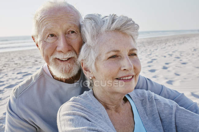 Senior couple on beach — Stock Photo