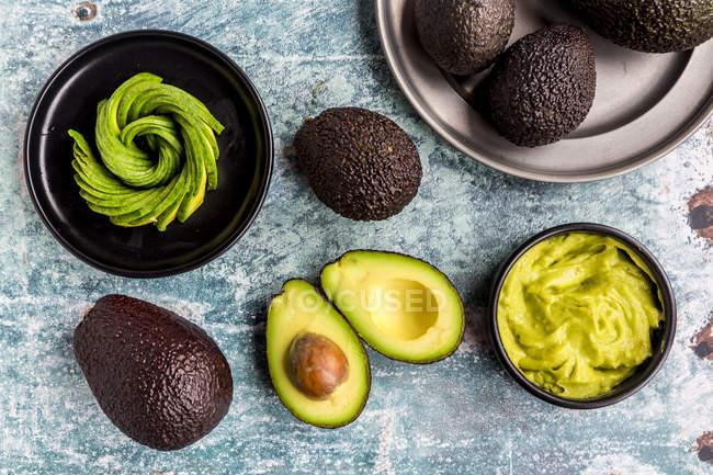 Чаша гуакамоле и авокадо — стоковое фото