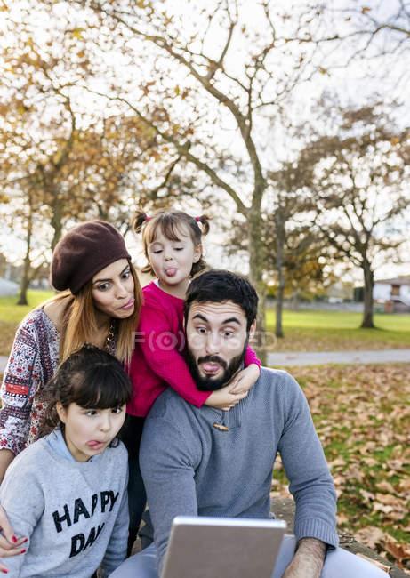 Família fazendo caretas posando para selfie — Fotografia de Stock