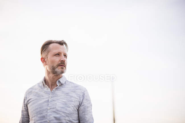 Человек смотрит на расстоянии — стоковое фото