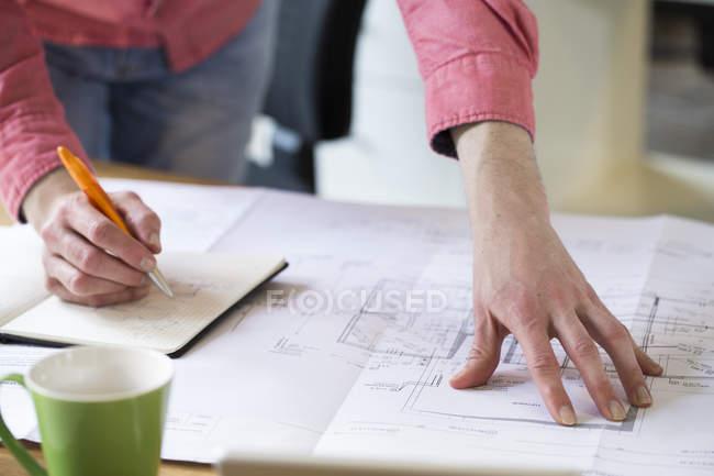 Людина, що працює над концепцією — стокове фото