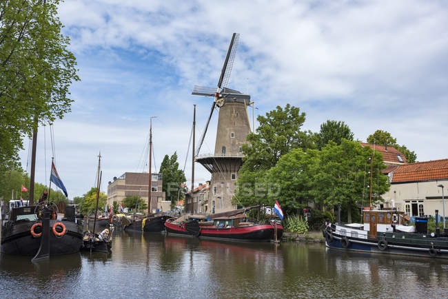 Puerto con barcos, Gouda - foto de stock